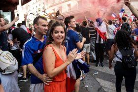 [VIDEOS] ¡Es cierto! Hinchas franceses en Chile celebraron su título en Plaza Italia