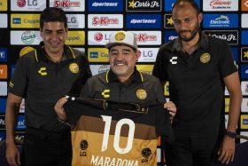 [VIDEO] ¡Duro como tabla! La polémica presentación de Diego Armando Maradona en Dorados de Sinaloa