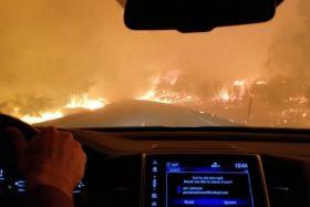 [VIDEO] El dramático escape de una mujer en plenos incendios forestales en California