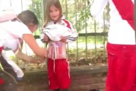 [VIDEO] Indignante: Detienen a hincha que llenó de bengalas a su hijo para ingresarlas a la final de Copa Libertadores