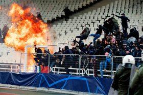 """[VIDEO] """"En Europa no pasa"""": La brutal agresión con bombas molotov a los hinchas del Ajax de Holanda"""