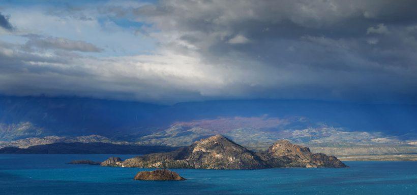 Clavadistas saltan desde más de 20 metros de altura al lago General Carrera