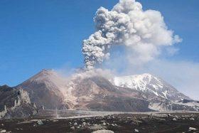 [VIDEO] Impresionante erupción de volcán captada por turistas en Rusia.