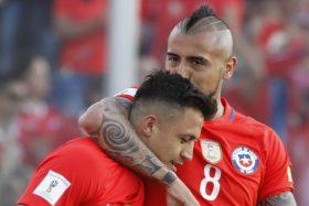 """[FOTO] Lo tienen claro: Hinchas esperan que Vidal regrese a Colo Colo antes que Alexis debute en la """"U"""""""