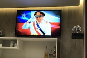 [VIDEO] Causó molestia: Denuncian exhibición de documental sobre Pinochet en aeropuerto de Punta Arenas