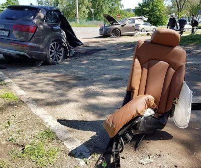 Audi Q7 se partió a la mitad tras chocar con un poste