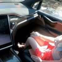 Pareja grabó el primer video porno en un Tesla con autopiloto