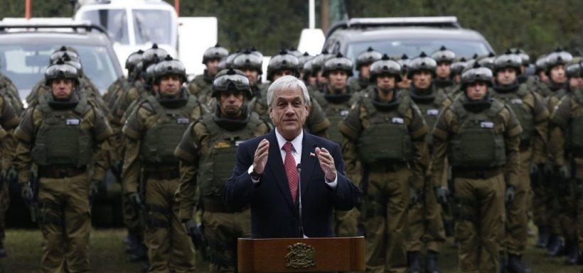 Sebastián Piñera junto a Carabineros