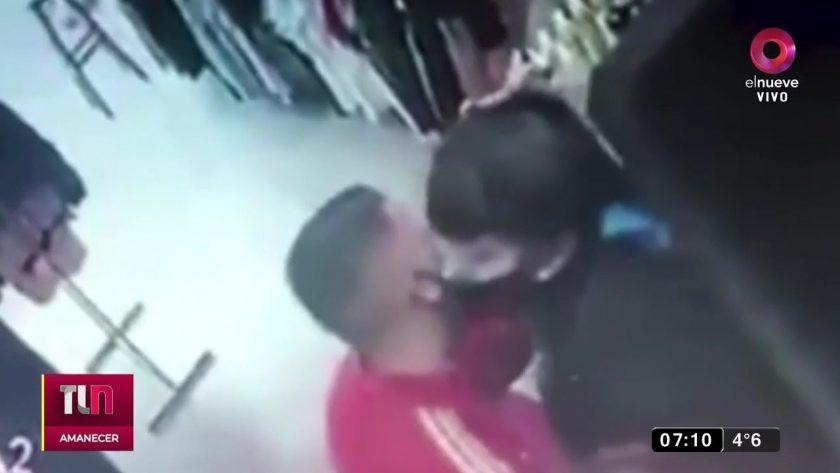 Delincuente besó a trabajadora.