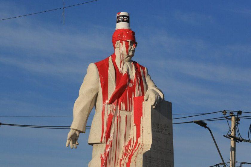 El PS condenó el ataque al monumento de Salvador Allende.